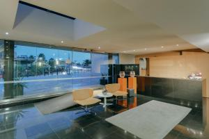The lounge or bar area at Hesperia Barcelona Fira Suites