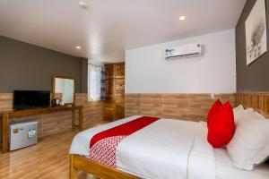 A bed or beds in a room at OYO 509 Ngoc Thao Phu Quoc Hotel