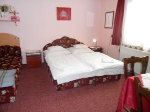 A bed or beds in a room at Betti Motel