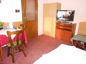 A television and/or entertainment centre at Betti Motel