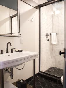 A bathroom at The Old No. 77 Hotel & Chandlery