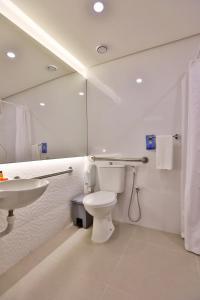A bathroom at Go Inn Serra