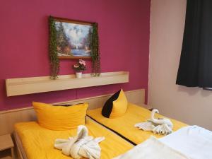 """Ein Bett oder Betten in einem Zimmer der Unterkunft Gasthaus&Pension """"Grünes Herz"""""""