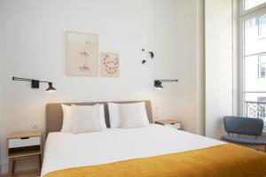 A bed or beds in a room at Montebelo Lx Dwt Apartments