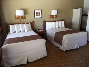 A bed or beds in a room at Thunderbird Lodge