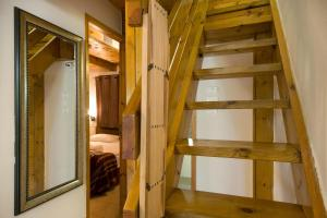 מיטה או מיטות קומותיים בחדר ב-זוהר בדשא