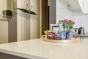 A kitchen or kitchenette at BIG SIZE 2BR + CAR = HEART OF MELBOURNE CBD