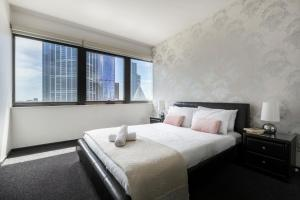 A bed or beds in a room at BIG SIZE 2BR + CAR = HEART OF MELBOURNE CBD