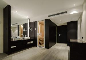 A bathroom at Rhombus Park Aura Chengdu Hotel