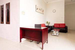 A seating area at OYO 1766 Vandolia Guest House