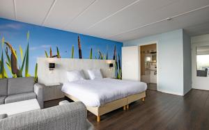 A bed or beds in a room at Fletcher Hotel Restaurant Loosdrecht-Amsterdam