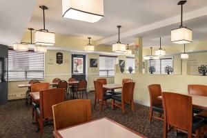 A restaurant or other place to eat at Days Inn & Suites by Wyndham Yellowknife