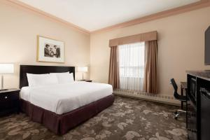 A bed or beds in a room at Days Inn & Suites by Wyndham Yellowknife