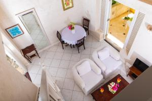 A seating area at Inchcape Seaside Villas