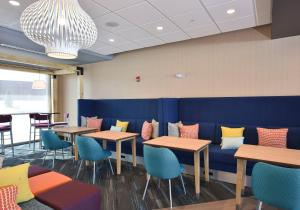 A restaurant or other place to eat at Tru By Hilton Lawrence