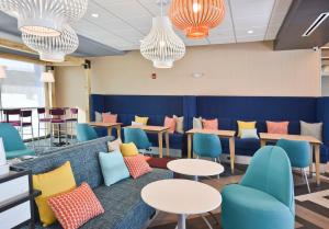The lounge or bar area at Tru By Hilton Lawrence