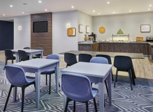 A restaurant or other place to eat at Holiday Inn Express Grimsby