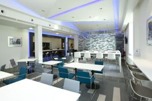 A restaurant or other place to eat at Holiday Inn Express Manchester City Centre Arena