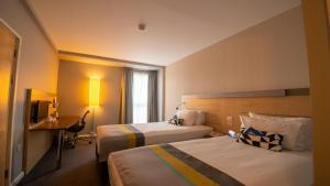 A bed or beds in a room at Holiday Inn Express Hull City Centre