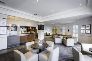 The lounge or bar area at Holiday Inn London Sutton