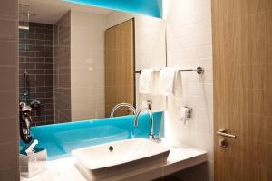 A bathroom at Holiday Inn Express - Ringsheim