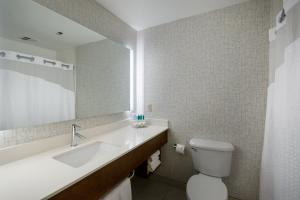 A bathroom at Holiday Inn Express Lawrence