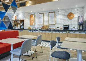 A restaurant or other place to eat at Holiday Inn Express - Ringsheim