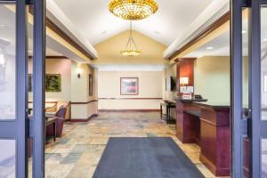 The lobby or reception area at Holiday Inn Express and Suites Helena