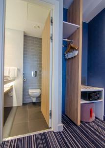 A bathroom at Holiday Inn Express London-Ealing