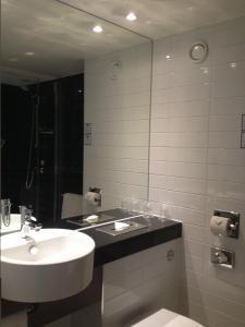 A bathroom at Holiday Inn Express Windsor