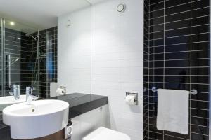A bathroom at Holiday Inn Express Harlow