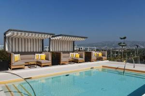 The swimming pool at or close to Kimpton Hotel Wilshire, an IHG hotel