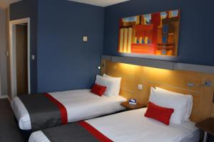 A bed or beds in a room at Holiday Inn Express London Croydon