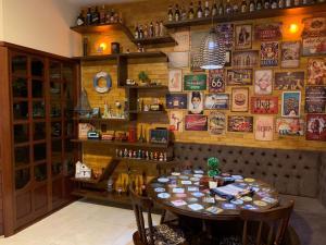 Um restaurante ou outro lugar para comer em Casa Retrô Chique Bananeiras - Cond Yes Banana