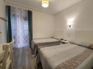 A bed or beds in a room at Pensión Martín