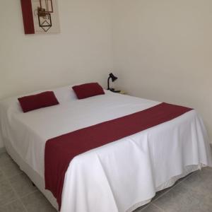 A bed or beds in a room at Hotel Pousada Universitaria -Proximo ao Hospital das clinicas da Unicamp,Hospital Sobrapar ,Centro Medico e Hospital Boldrine