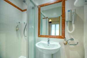 A bathroom at Hotel d'Aragon