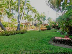 Jardín al aire libre en Nautibeach Beach Front Condos in North Beach
