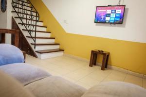 Una televisión o centro de entretenimiento en Berry House - Caribbean Style