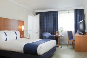 A bed or beds in a room at Holiday Inn London Bloomsbury