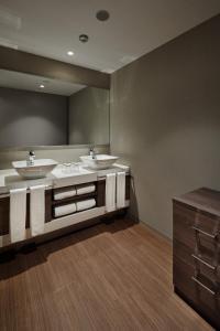 A bathroom at Hotel Vischio Kyoto by GRANVIA