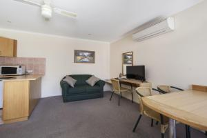 A seating area at Cooma Motor Inn