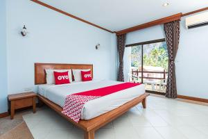 A bed or beds in a room at OYO 385 Aonang President Hotel