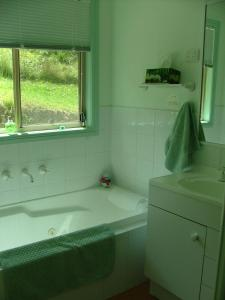 A bathroom at Peacehaven Country Cottages & Farmstay