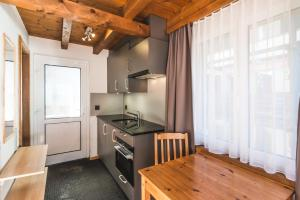 Een keuken of kitchenette bij Good Value Apartments by Mountain Exposure