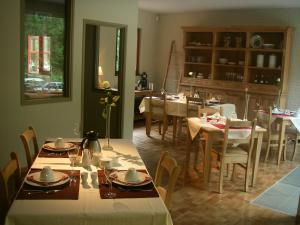 A restaurant or other place to eat at B&B De Meren