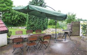 A restaurant or other place to eat at Holiday home Maszewo Radzanek