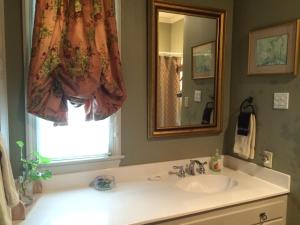 A bathroom at The Stockade Bed and Breakfast