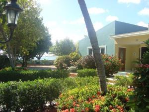 Um jardim em The Merry Milestone, Oceanfront villa at Spanish Lagoon