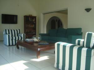 Uma área de estar em The Merry Milestone, Oceanfront villa at Spanish Lagoon